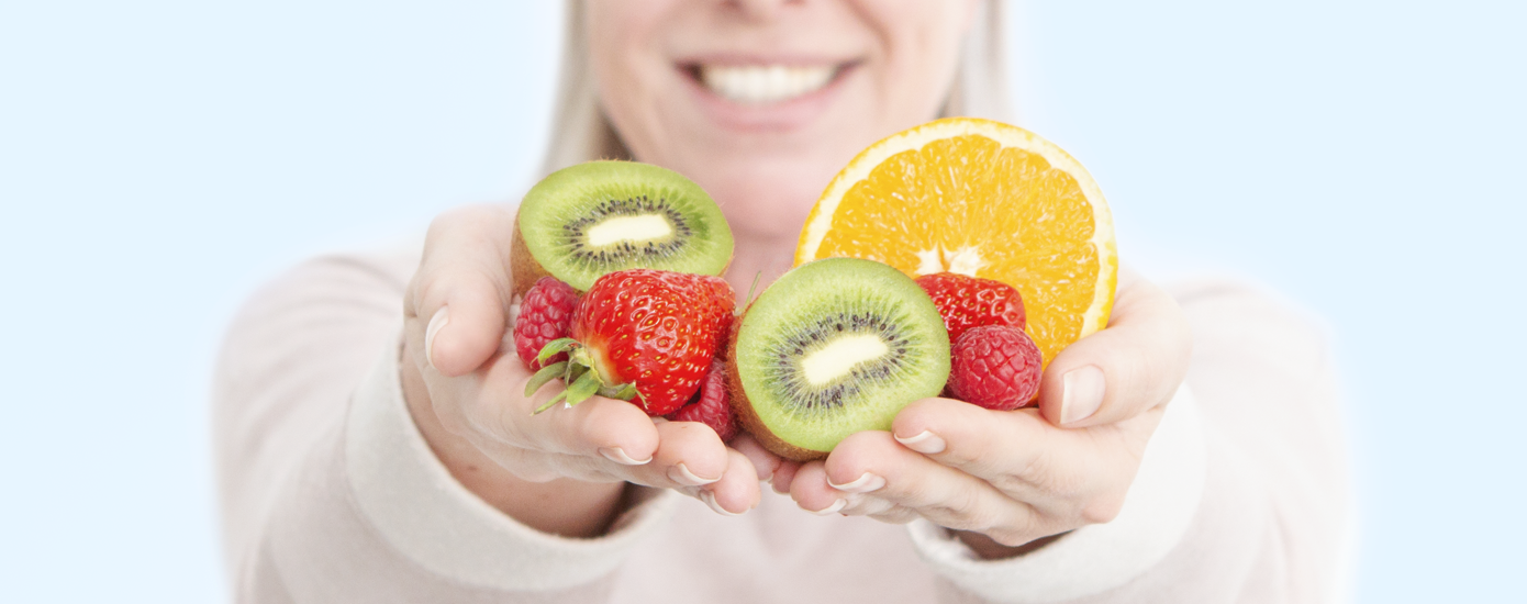 Vrouw met fruit in handen
